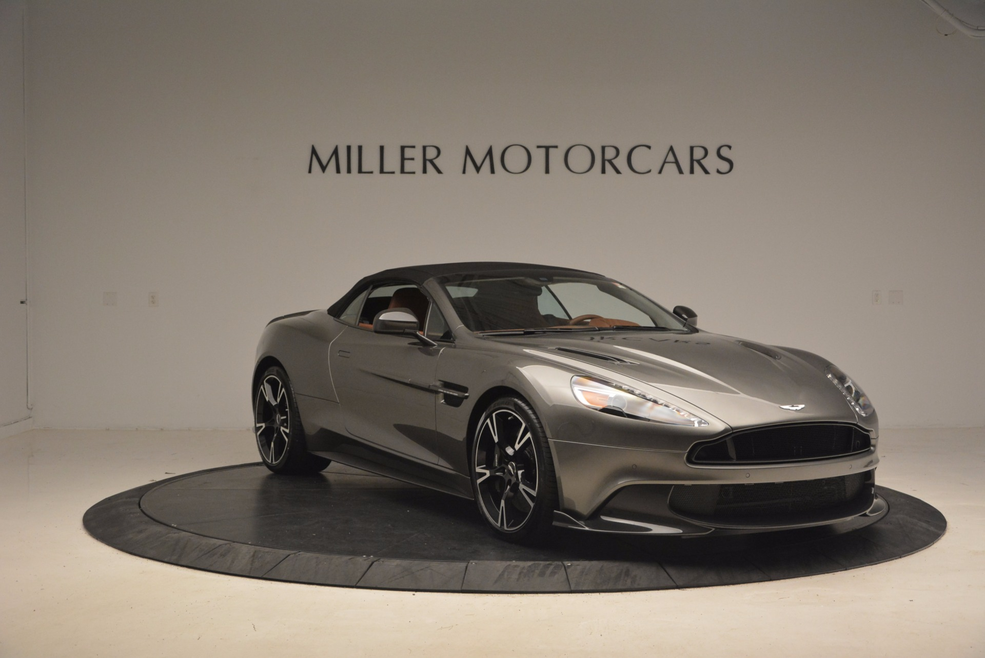 Pre Owned 2018 Aston Martin Vanquish S Convertible For Sale Special Pricing Aston Martin Of Greenwich Stock A1246b